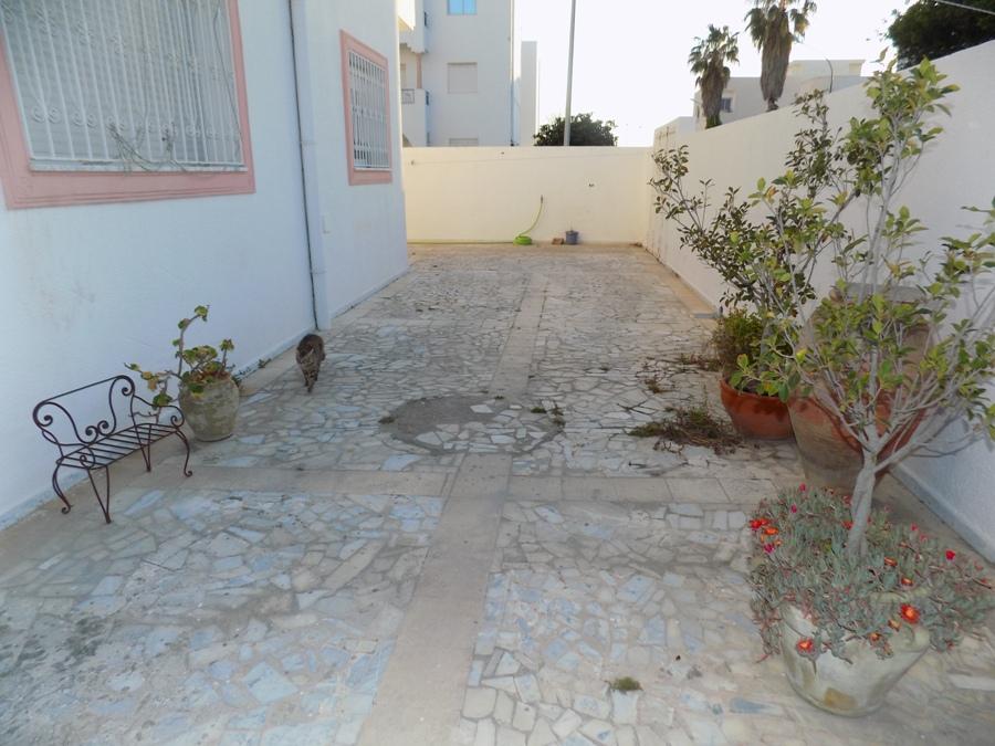 a louer appartement vide au rez de chauss e avec jardin housing immo tunisie agence. Black Bedroom Furniture Sets. Home Design Ideas