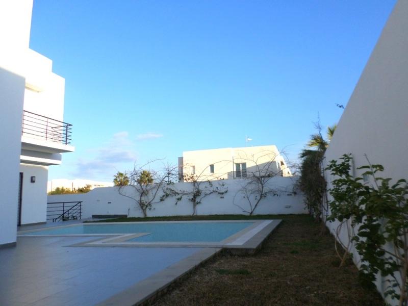 A louer une belle villa haut standing avec piscine for Appartement a louer a sidi bouzid avec piscine