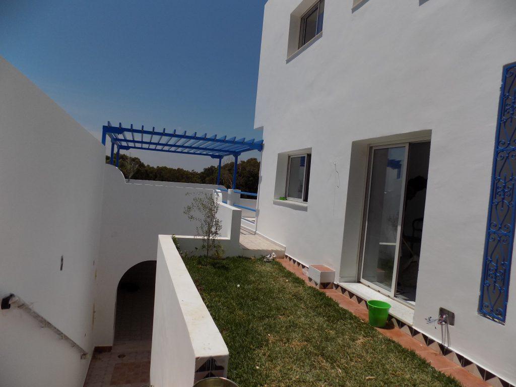 A louer villa sur deux niveaux haut standing avec piscine for Appartement a louer a sidi bouzid avec piscine